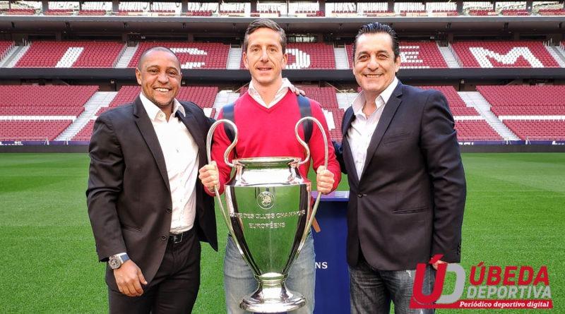 Juan Carlos, junto a los ex futbolistas, Roberto Carlos y Paulo Futre.